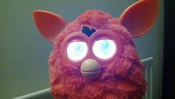 Świecące oczy Furby'ego